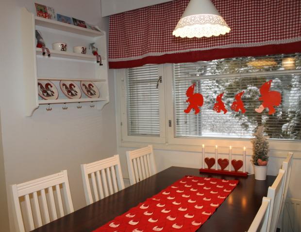 Keittiön uusi seinähylly on ostettu Ikeasta