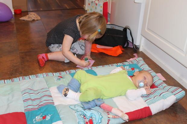 Toinen nukkuu ja toinen on saanut käsiinsä eräältä lukijalta saamansa kimallevärin