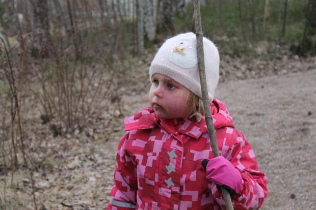 Amalia tarkkailee isin puuhia