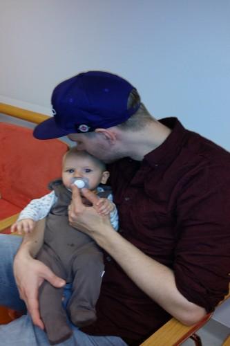 Isi suukottelee