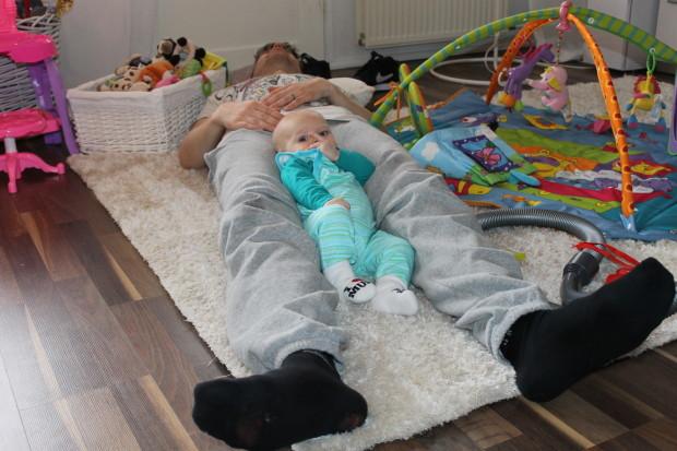 Isi ja poika rennoissa tunnelmissa