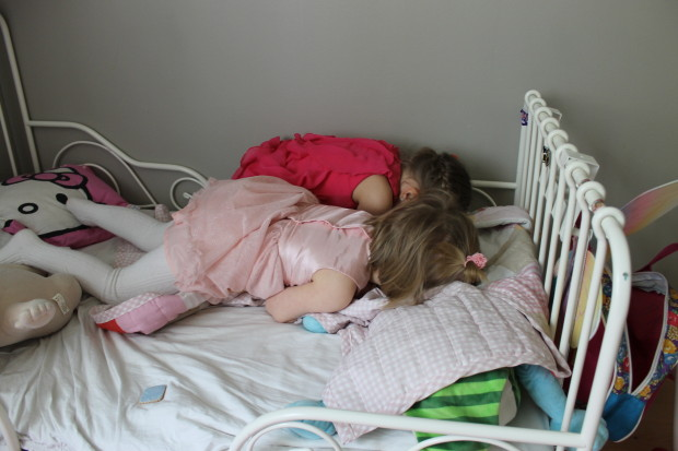 Tytöt Iidan sängyssä