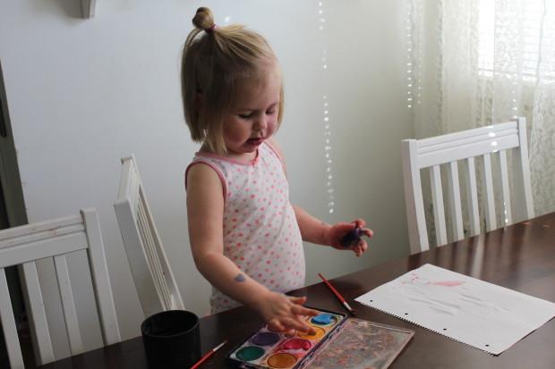 Amalia alkoi innostuneena maalaamaan äidille äitienpäiväkorttia heti lahjan annon jälkeen