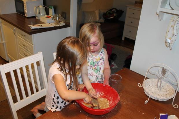 Tytöt leipovat Johnnyn kanssa kaurakeksejä