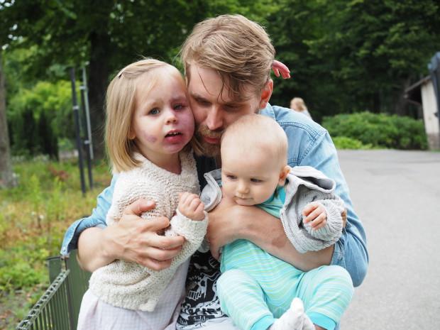 Isi suukottaa eikä Amaliakaan näytä pitävän isin parrasta ;)