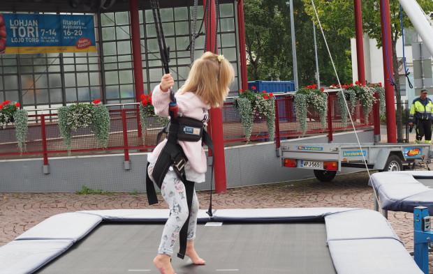 Tytöt rohkenivat trampoliinille!