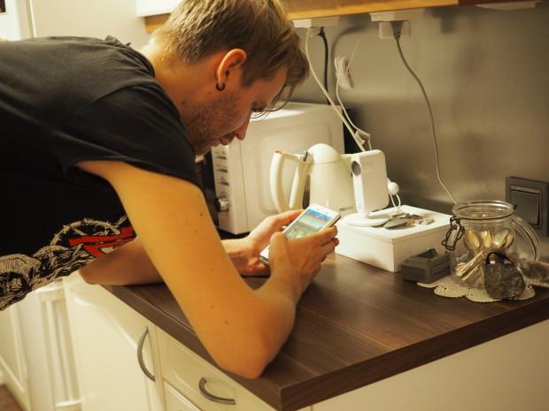 Iskä laittaa laitteen toimimaan ja kokeili sitä kännykkäänkin!
