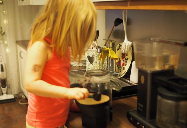 Amalia keitti ihan itse isille kahvit