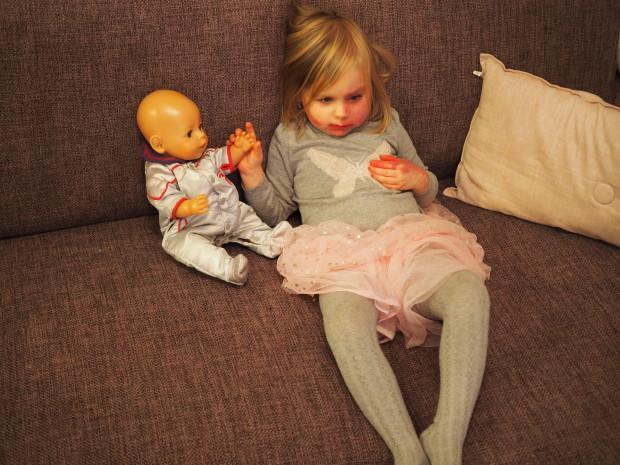 Amalia katselee piirrettyjä vauvansa kanssa käsi kädessä