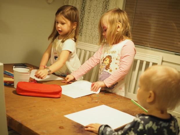 Lapsukaiset piirtää