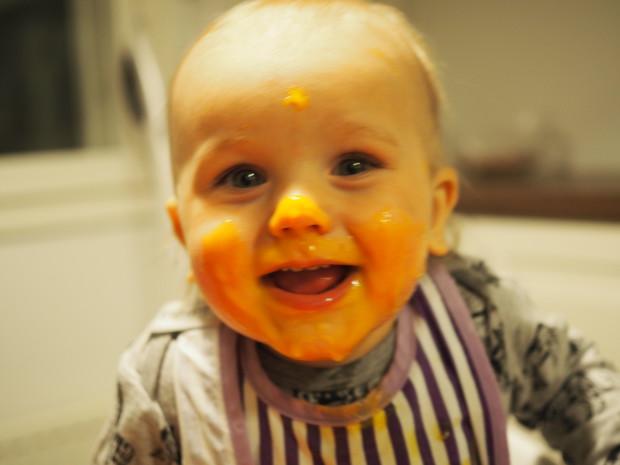 Helpommin sitä ruokaa lärviin saa, kun työntää koko naaman lautaseen ainakin meidän Milon mielestä ;)
