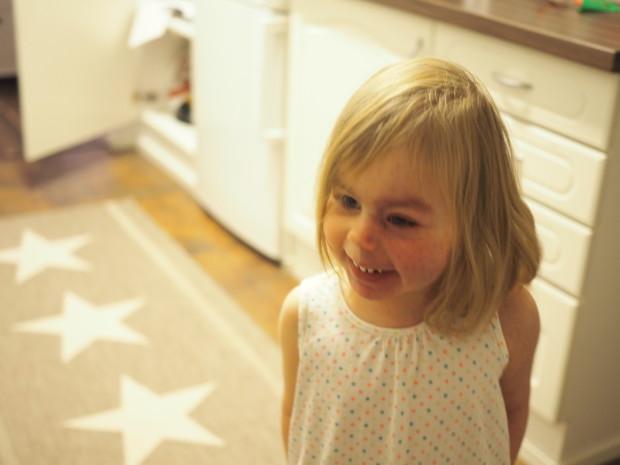 Amalian ilme oli niin onnellinen, kun joulukuun ensimmäisenä päivänä sai huomata, että hänellä on Frozen joulukalenteri!