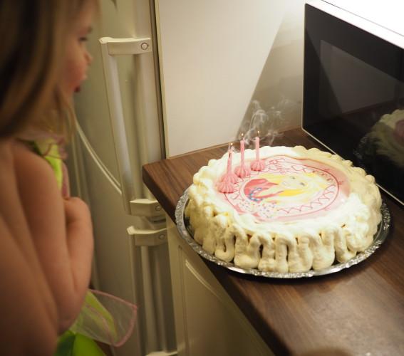 Amalia oli niin aidosti onnellinen nähtyään kakun ja huudahti minulle: äiti miten sinä osasitkaan ;)