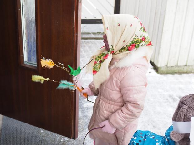 Merja mummin oven takana pienet virpojat