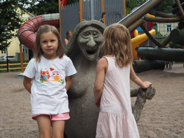 Nyt näyttäis Iidalle riittävän poseeraus, Amalia on kyllästynyt jo vuosia sitten..