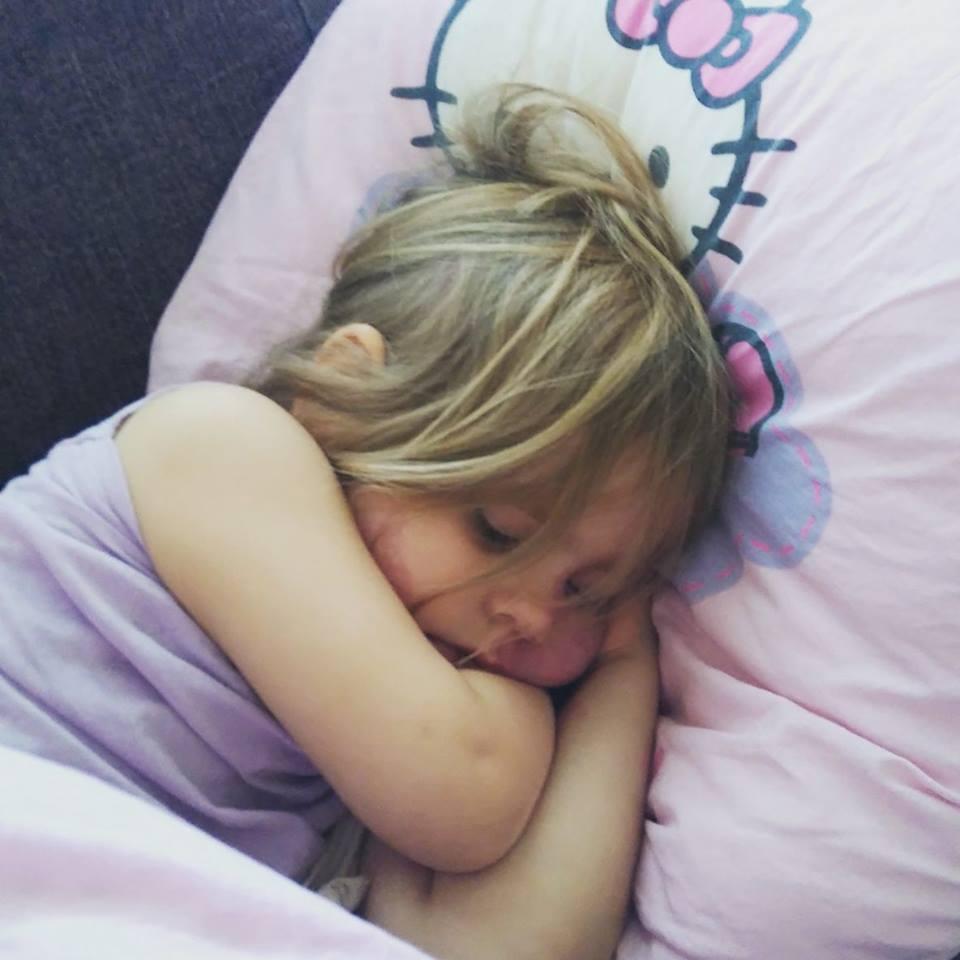 Rakas nukahti sohvalle,kun äiti nukutti pikkuveljeä päiväunille..
