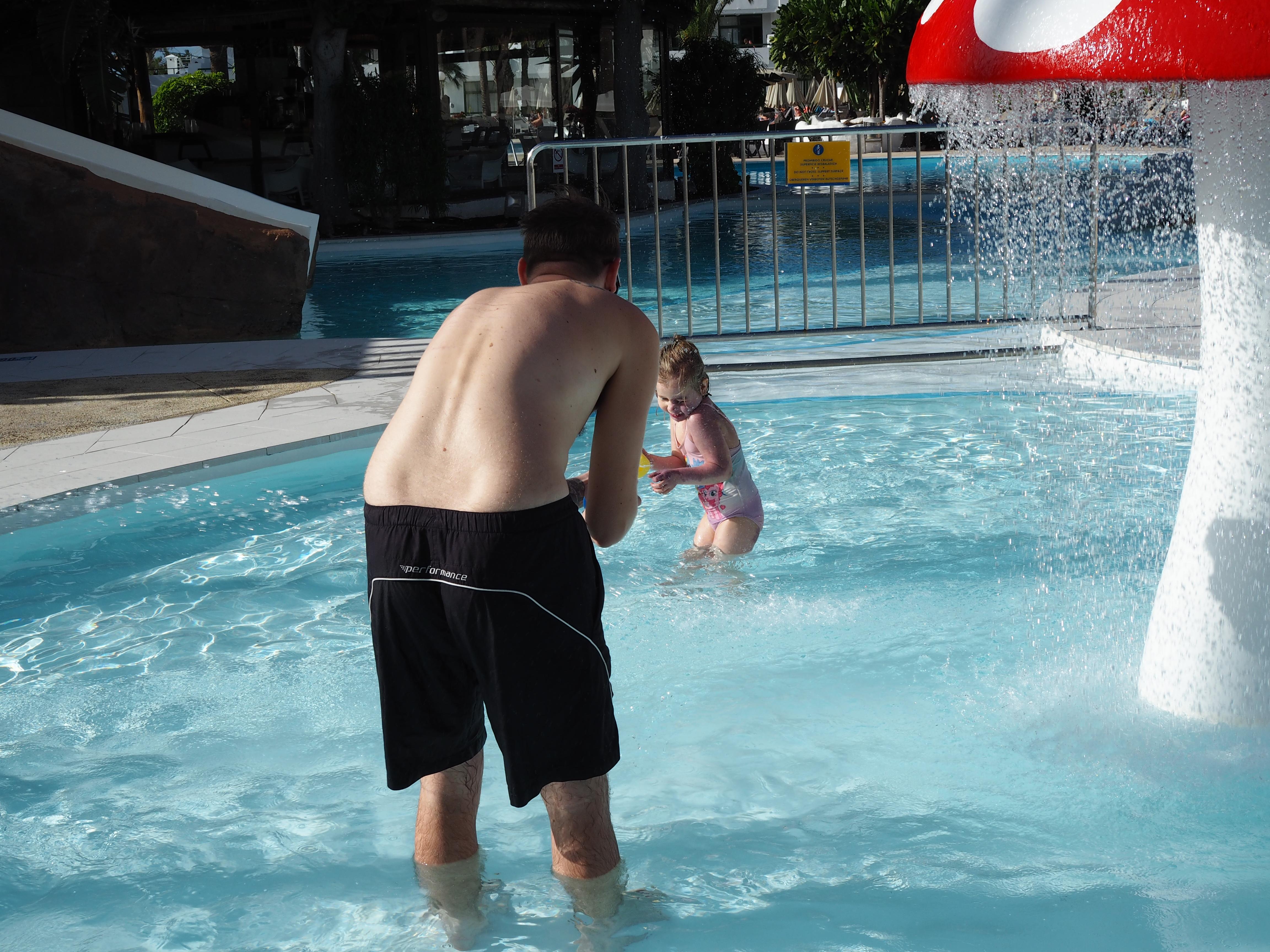 Isin kanssa uimaleikkejä