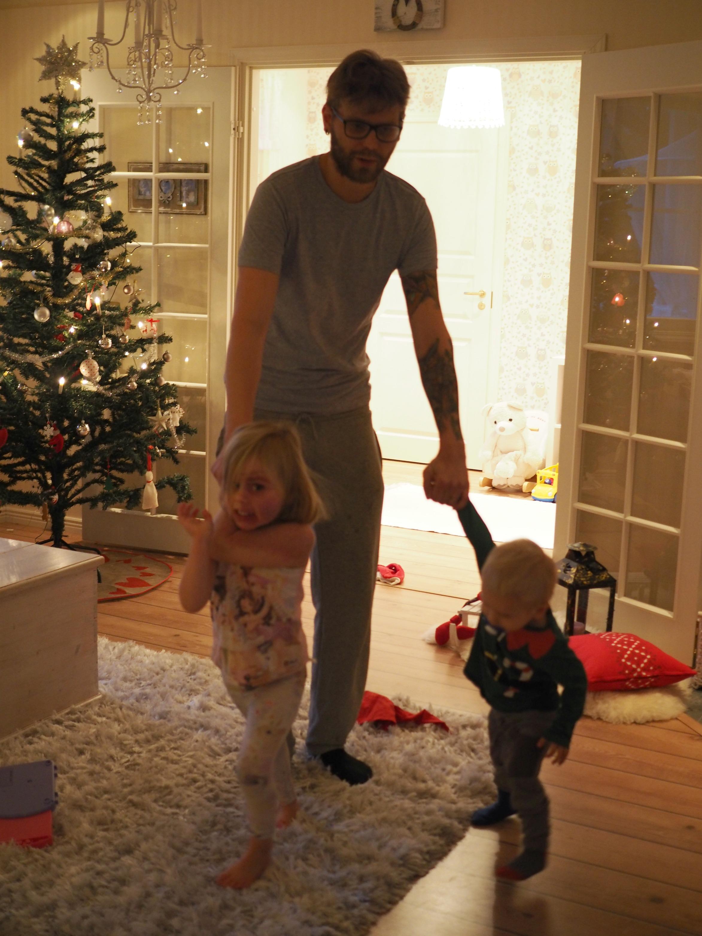 Joululaulut menossa ja isi näyttäisi olevan ainoa, joka haluaa piirileikkiä!