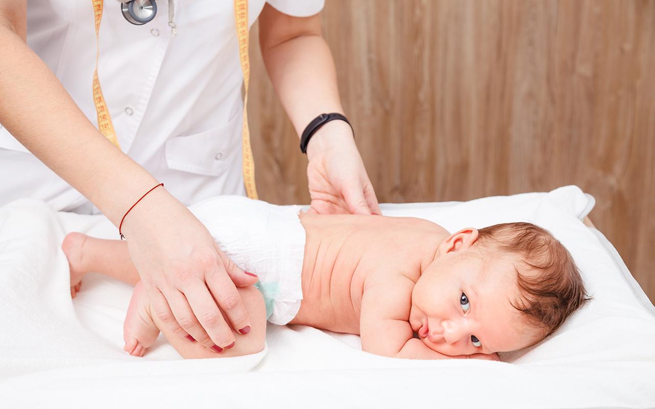 Lonkkaluksaatio: lääkäri tarkastaa lapsen lonkat