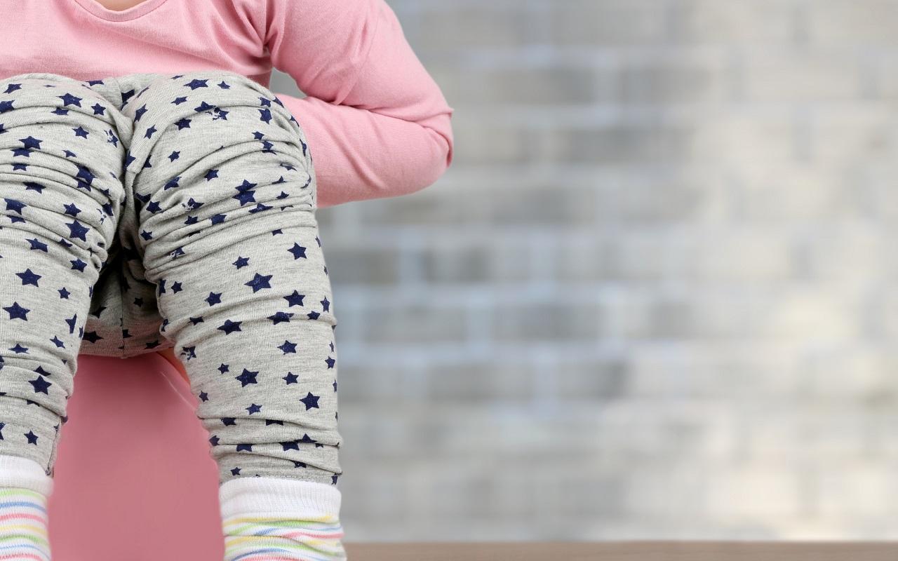 Lapsi istuu pytyllä: pissatulehdus lapsella voi aiheuttaa jatkuvan vessahädän.