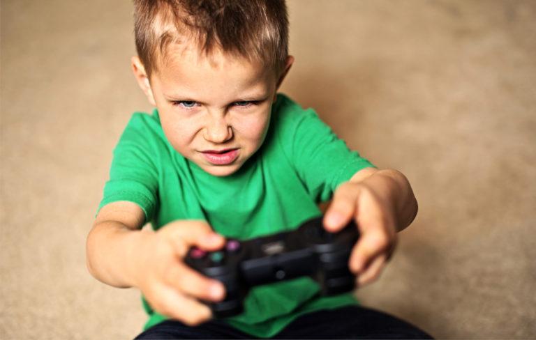lapsi pelaa videopeliä