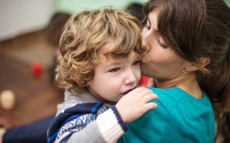 Päiväkodin aloitus voi olla rankkaa niin lapselle kuin vanhemmallekin.