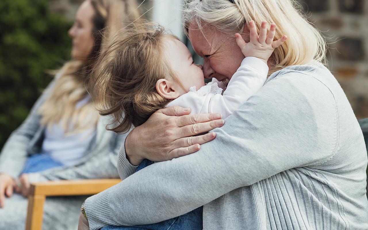 isovanhempi halaa lapsenlastaan