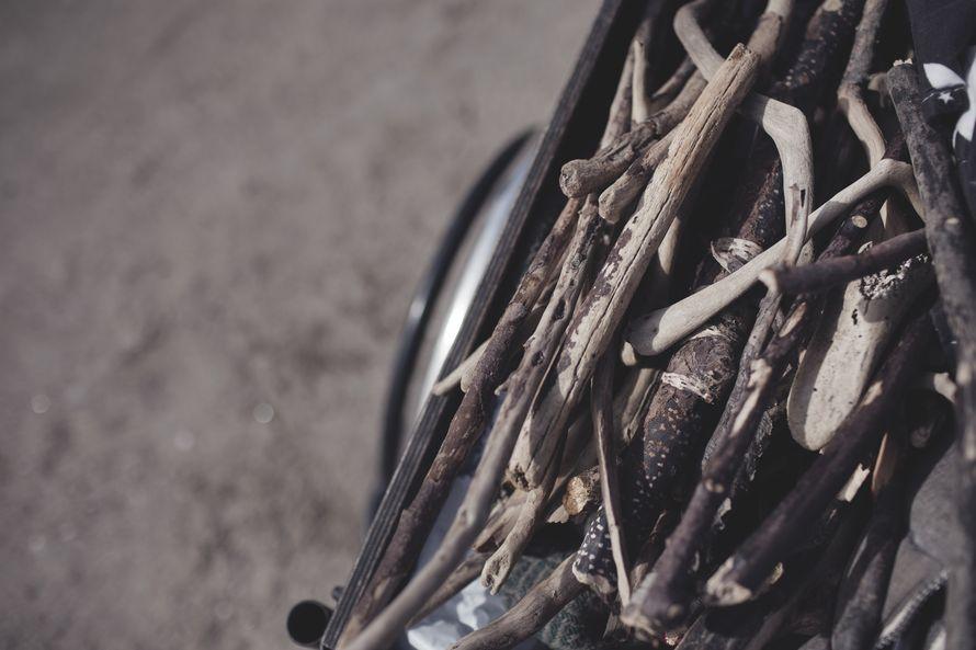 Matkalla pysähdeltiin keräilemään kuivia ajopuita nuotiota varten. Askin tehtävä oli vartioida että puut eivät karkaa matkan aikana.