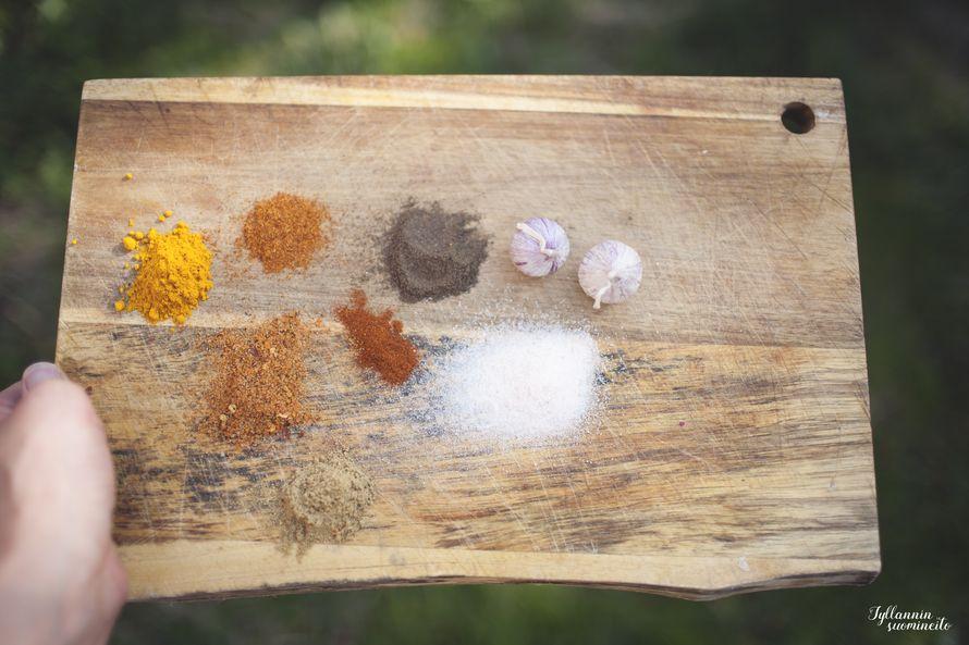 Marinadiin: kurkumaa, cayannepippuria, mustapippuria, korianteria, paprikaa, inkivääriä, suolaa ja valkosipulia