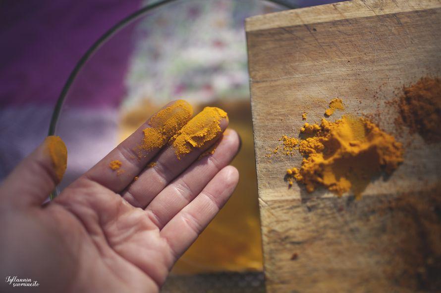 Kurkuma antaa currylle sen kauniin keltaisen värin. Kurkuma on myös tunnetusti terveellinen mausta sisältäen antioksidantteja.
