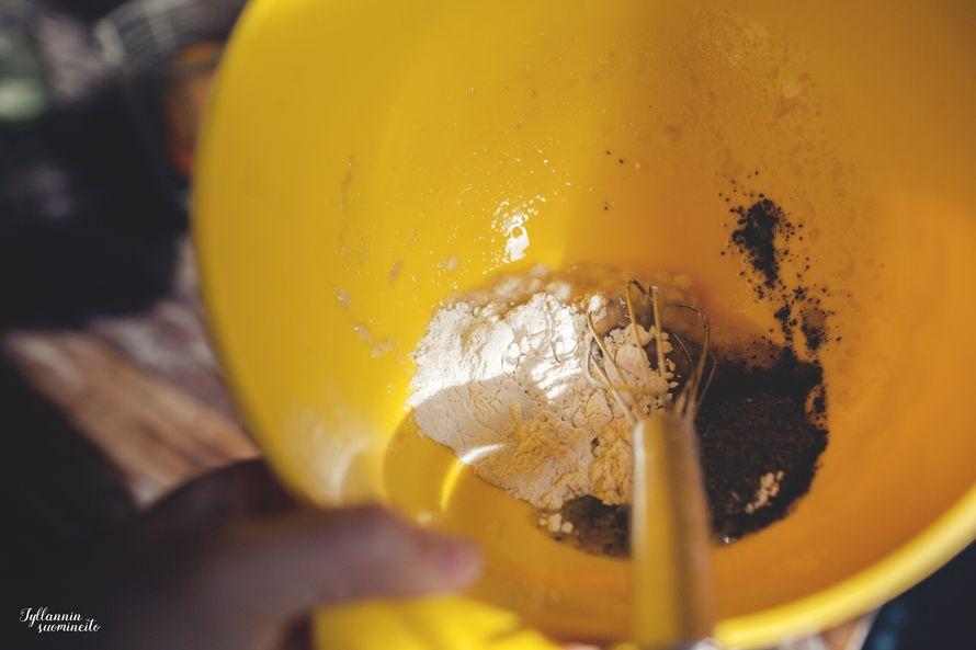 Murskaa banaani kulhoon haarukalla tai käsin. Lisää jauhot, nesteet ja vispaa kunnolla.