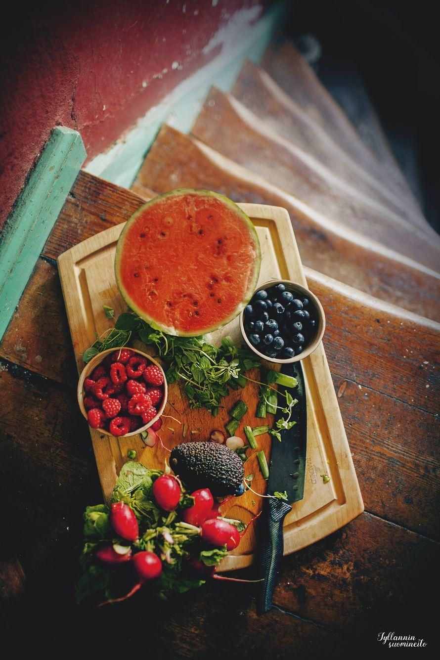 Keep all the ingredients in the fridge, so they get nice and cold/Pidä hedelmät, marjat ja muut salaatin ainekset jääkaapissa, jotta ne ovat ihanan kylmiä syödessä. Vesimeloni on makea ja vesipitoinen helteillä, tuore oregano tuoksuu ja maistuu uskomattomalta.