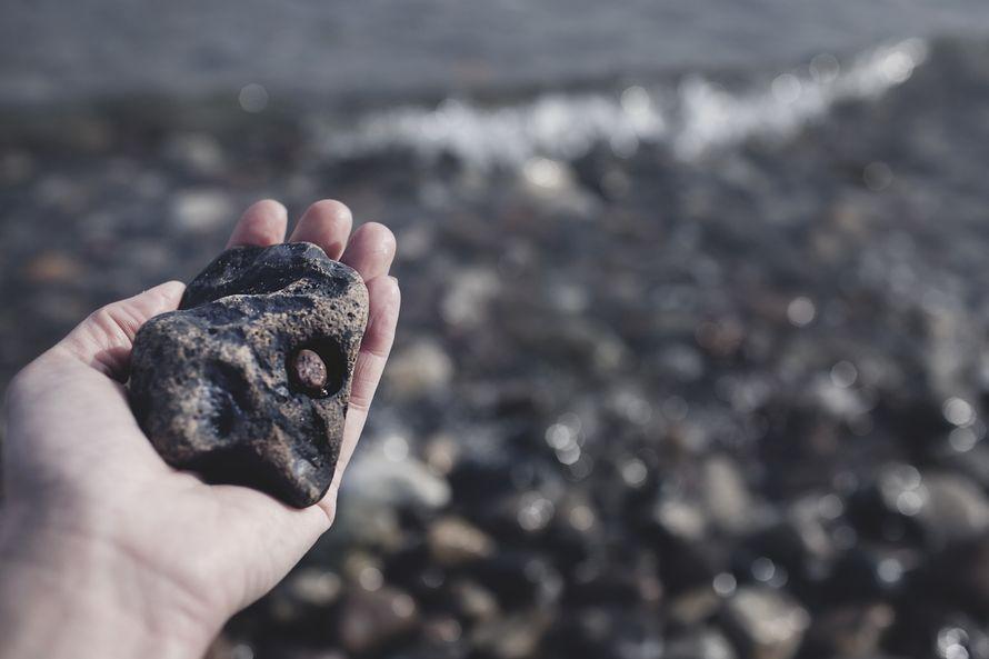 Kiven sisään on juuttunut toinen kivi, joka on pyöritellyt itselleen pesäkolon. Liekö mennyt moniakin vuosia?
