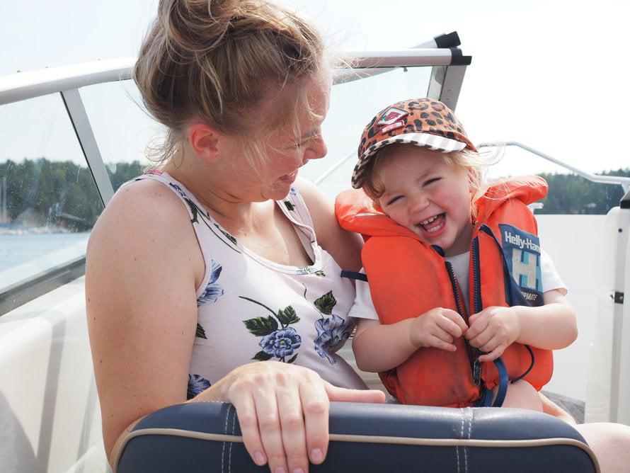 Sara lapsensa kanssa. Kuva:Sara Penttinen