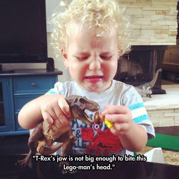 Legomiehen pää ei mahdu dinosauruksen suuhun