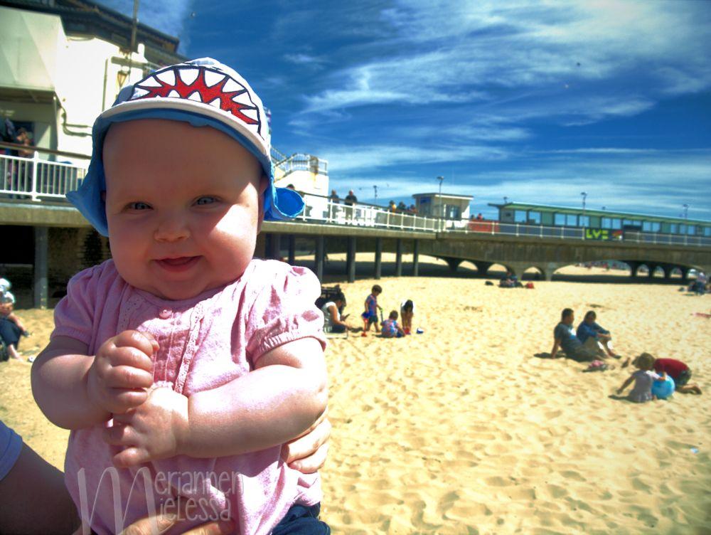 vauva_rannalla