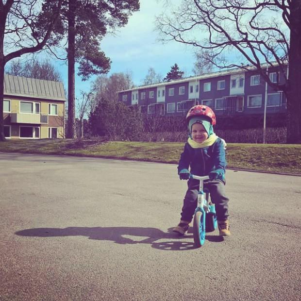 Poika pitkupyörä kevät