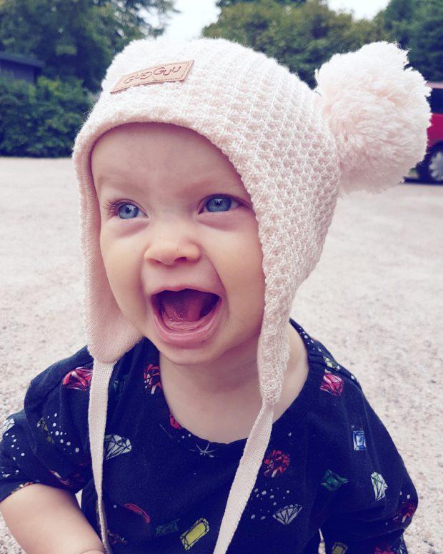 Iloinen vauva gugguu