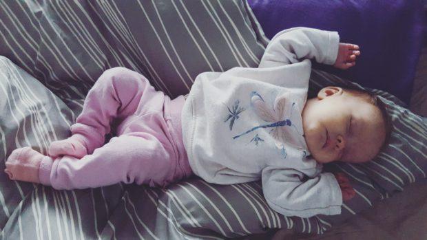 Pieni vauva nukkuu