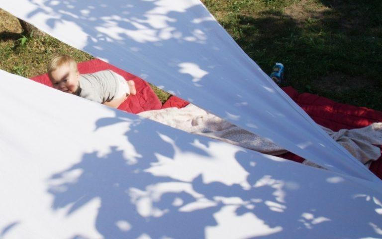 aurinkovarjo lakanasta