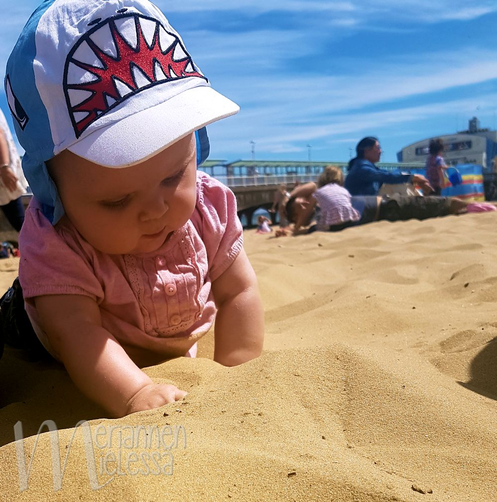 baby_exploring_sand