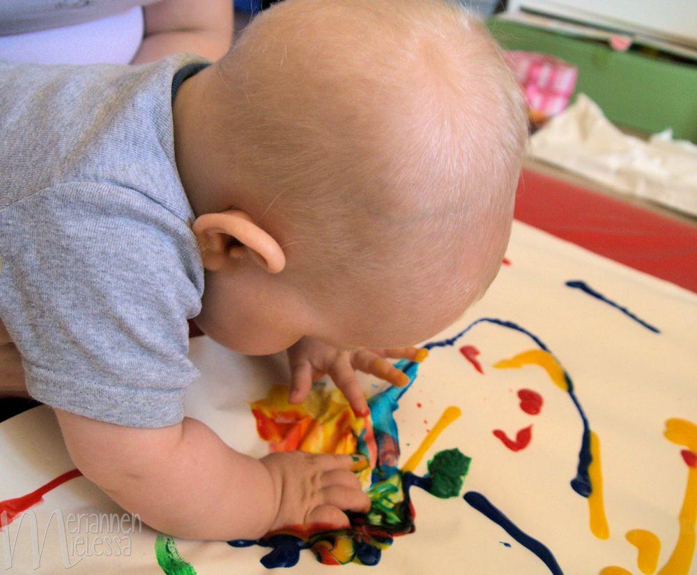 vauva_piirtaa_sormivareilla
