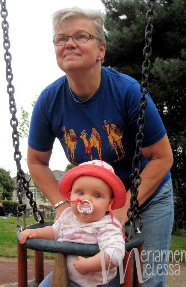 mummin_kanssa_puistossa