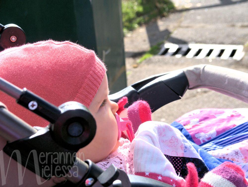 pieni_vauva_rattaissa