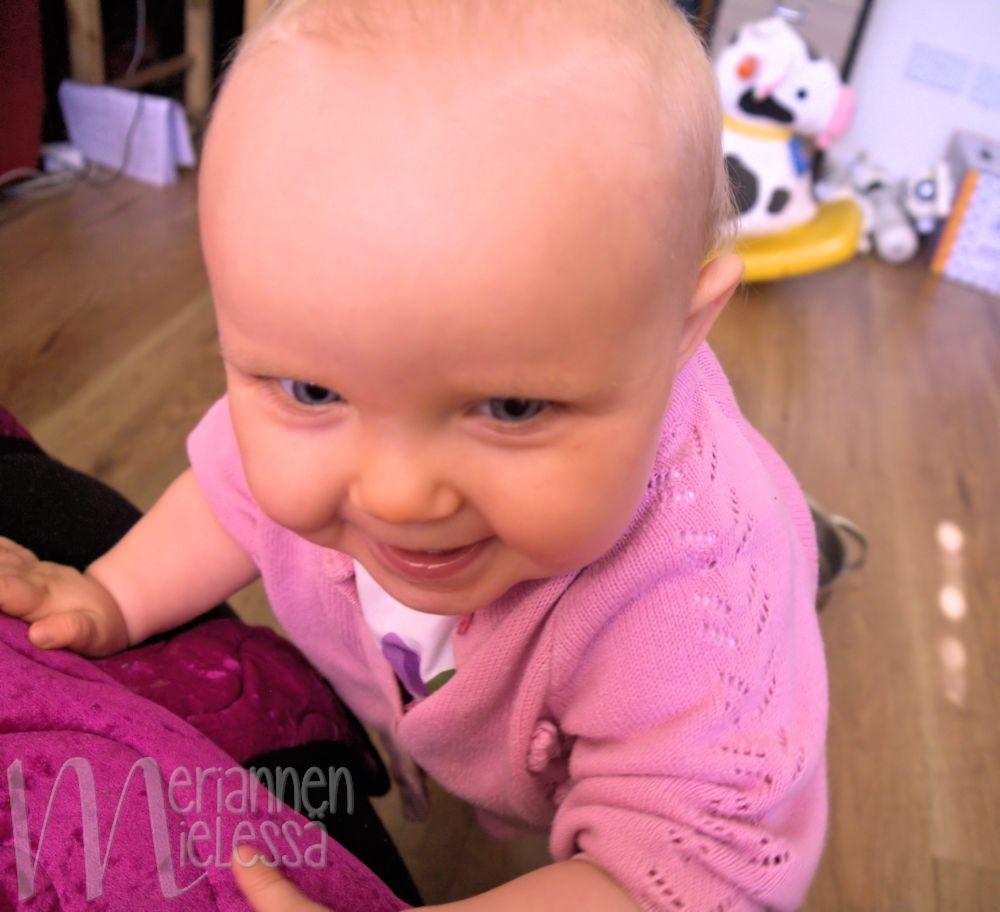 vauva_harjoittelee_seisomista