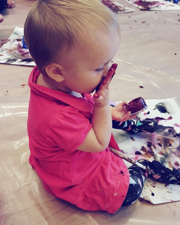 Vauva värikylvyssä