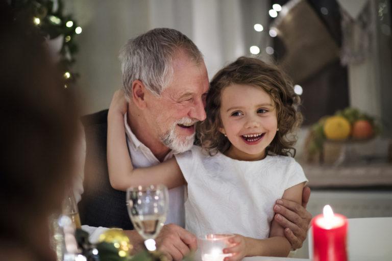 Jouluruoka maistuu lapselle paremmin kun myös hänet otetaan huomioon juhlapöydässä ja sen herkkuja suunnitellessa.