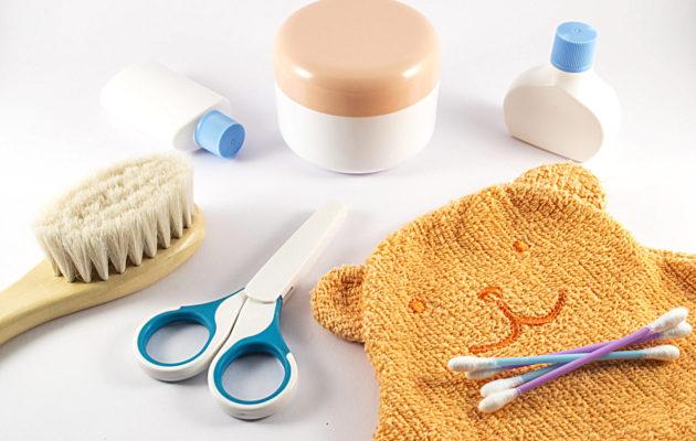 Monet vauvan tarvikkeet on hankittava jo etukäteen, kuten hiusharja, kynsisakset ja vanupuikot.
