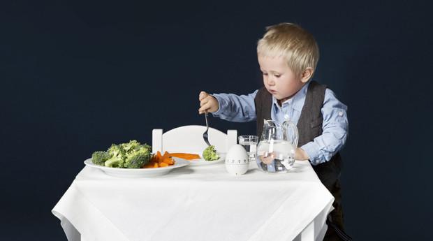 lapsi_syö_PÄÄKUVA
