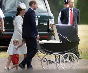 Prinsessa Charlotte tuotiin retrovaunuilla ristiäisiin.